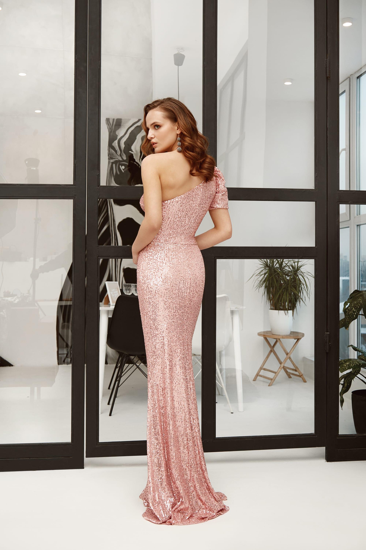 5 модных цветов вечерних платьев осень-зима 2021